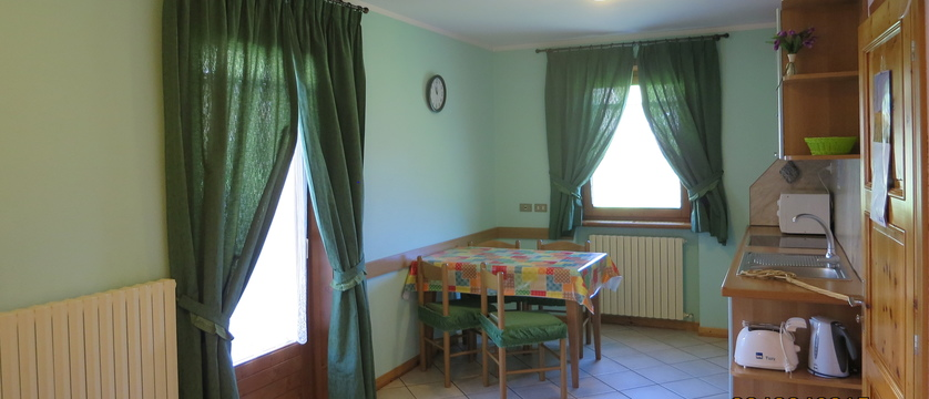 italy_livigno_la-pineta-fiorella-apartments_kitchen-dining-area.jpg